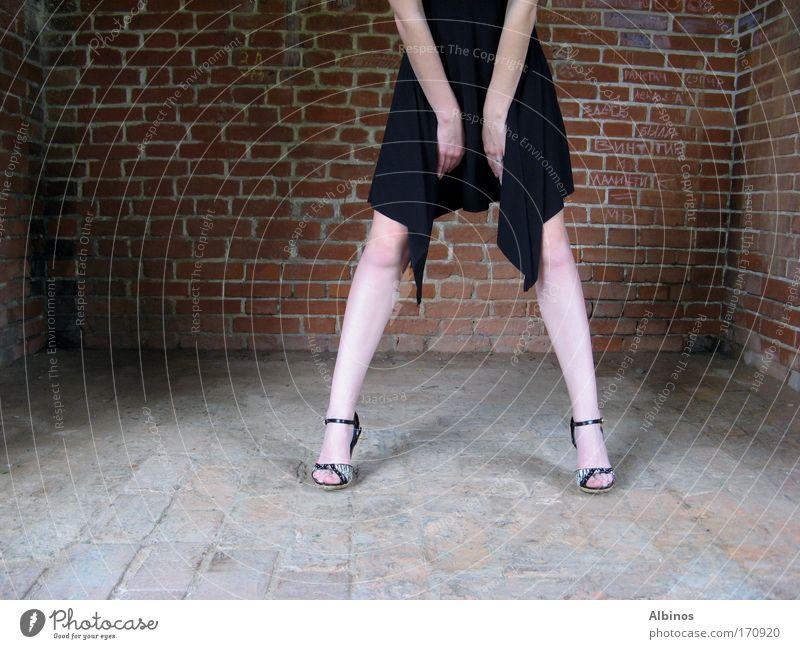 Mensch Jugendliche Hand Erwachsene Wand Mauer Beine Fuß Arme stehen 18-30 Jahre Junge Frau