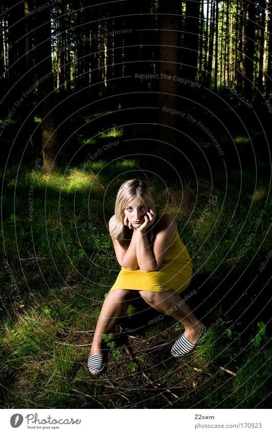 alone in the dark Natur Jugendliche schön Einsamkeit Wald dunkel feminin träumen Traurigkeit Angst Mode blond Erwachsene maskulin elegant Umwelt