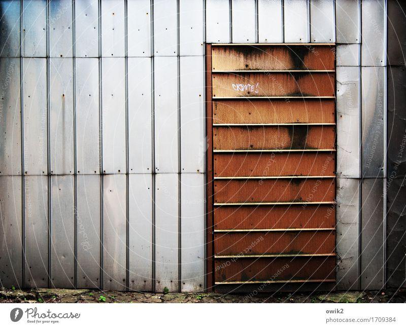 Keine Besuche Blech Eingang Eingangstür Eingangstor Metall eckig einfach fest Sicherheit Schutz Geborgenheit abwehrend geschlossen abweisend Graffiti zugenagelt