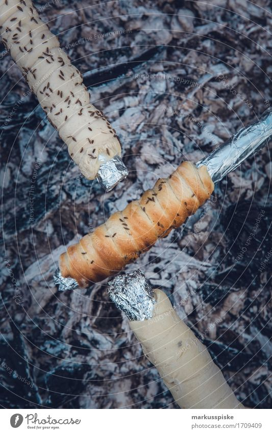 stockbrot feuerstelle mit glut Lebensmittel Getreide Teigwaren Backwaren Brot Ernährung Essen Picknick Bioprodukte Vegetarische Ernährung Slowfood