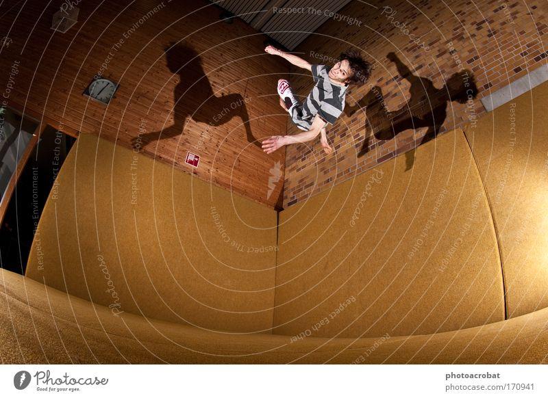 Flipstar Farbfoto Blitzlichtaufnahme Licht Schatten Fischauge Lifestyle Stil Sport Freerunning Salto Le Parkour Akkrobatik fliegen außergewöhnlich Gesundheit