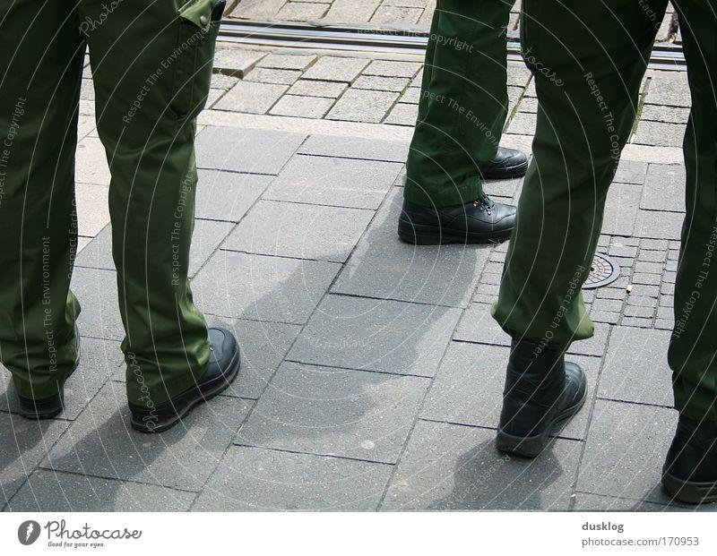 polizee Farbfoto Außenaufnahme Blick nach unten Mensch Beine Fuß Arbeitsbekleidung Arbeit & Erwerbstätigkeit beobachten kämpfen bedrohlich Polizei Schutz Grün