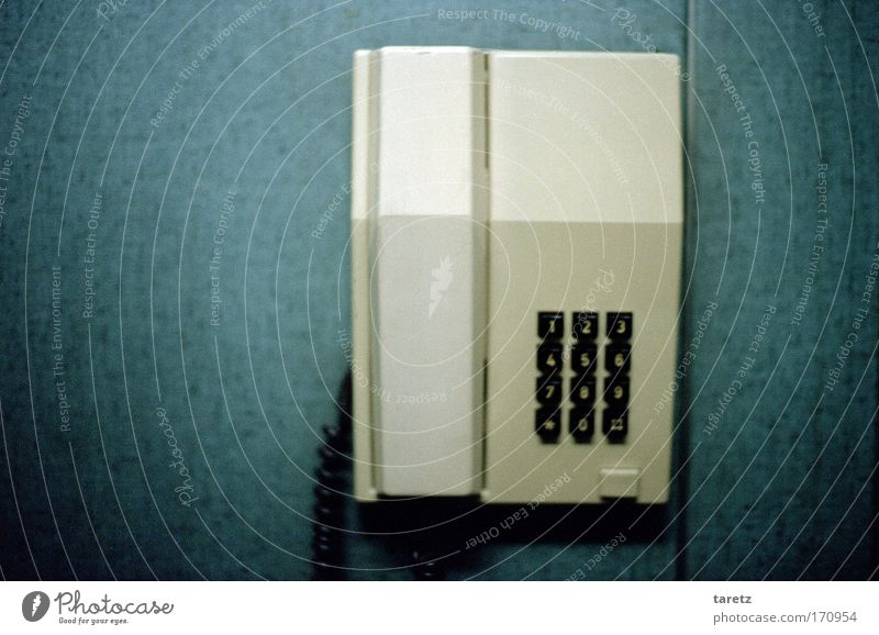 Telefon Telekommunikation Kunststoff Kommunizieren Telefongespräch warten alt dunkel eckig einfach kalt retro blau weiß Sehnsucht Einsamkeit Telefonhörer