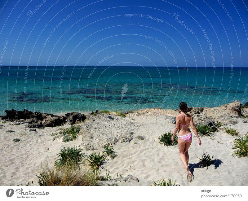 Im Paradies Mensch Himmel Natur Jugendliche Wasser Sonne Meer Sommer Strand Erwachsene feminin Glück Sand Küste gehen Schwimmen & Baden