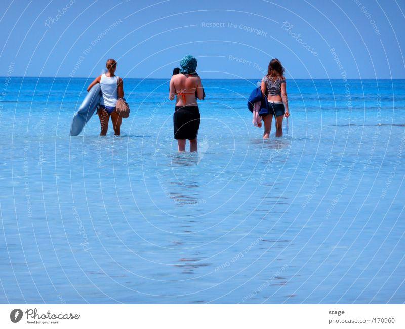 Trio Mensch Himmel Jugendliche Wasser Sonne Ferien & Urlaub & Reisen Meer Sommer Strand Erwachsene feminin Glück Horizont Freizeit & Hobby elegant gehen