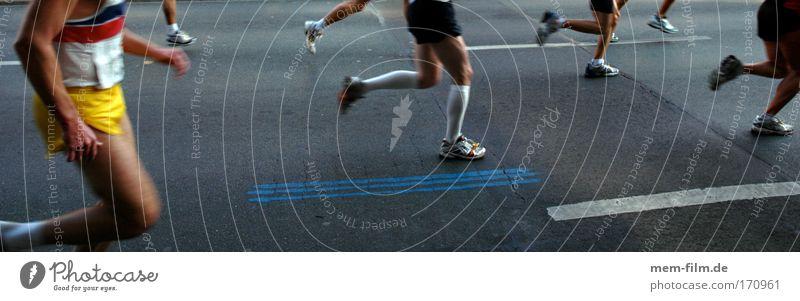 lauf, baby, lauf! Marathon Turnschuh Sport Laufen Joggen Läufer Rennen Straße Stadtmarathon Schritt Geschwindigkeit Schweiß Sport-Training Erschöpfung