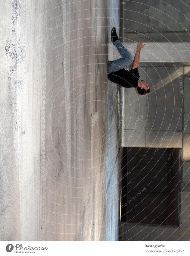 der beweis, dass sich die erde dreht. Farbfoto Mensch maskulin 1 Schauspieler hängen Schwerkraft Perspektive Garage Säule Halt tief bedrohlich Risiko festhalten
