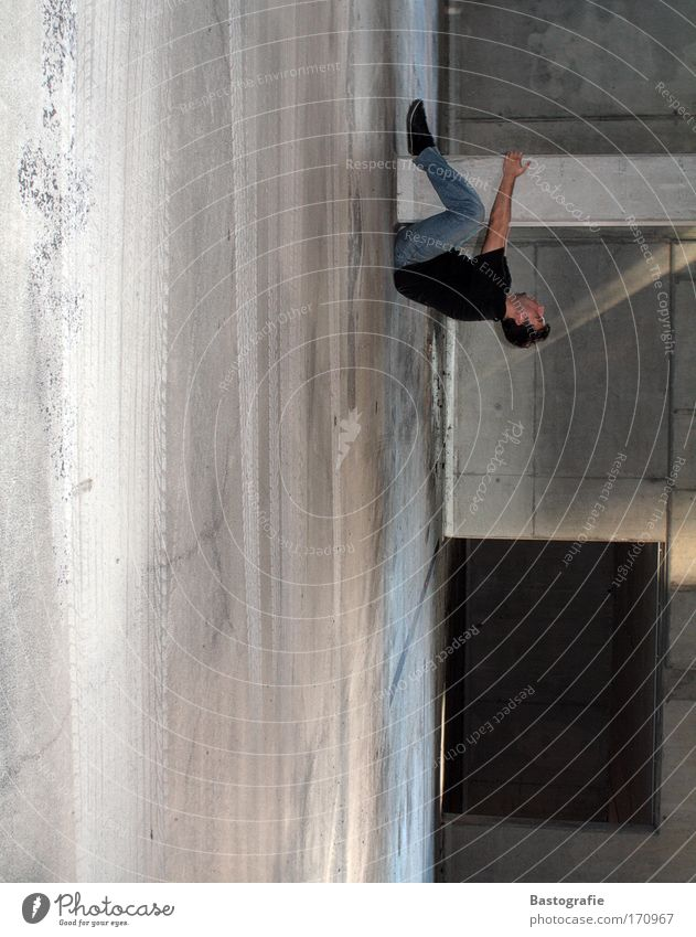 der beweis, dass sich die erde dreht. Mensch maskulin Perspektive bedrohlich festhalten Kraft tief Sturz hängen Säule Garage Risiko Halt Drehung Fallschirm