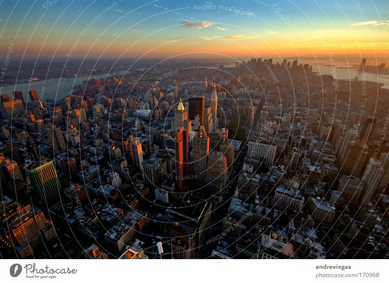 New York Skyline mehrfarbig Außenaufnahme Dämmerung Weitwinkel New York City USA überbevölkert Hochhaus Gesellschaft (Soziologie) Stadt