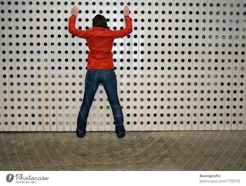 die mit der roten jacke Frau Mensch rot feminin Gefühle Stimmung Arme Rücken gefährlich stehen Jacke Tür Garage Polizei hinten Krimineller