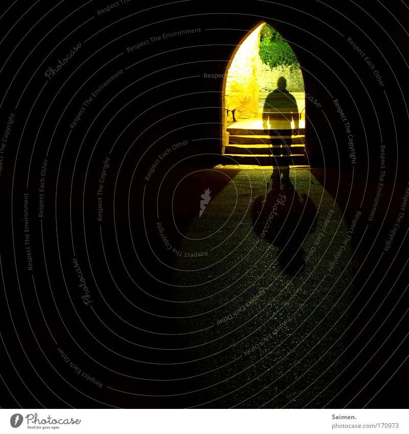 durchsichtig Mann Erwachsene dunkel gehen laufen warten Treppe maskulin stehen Tür Tor Burg oder Schloss Lichtspiel Bogen