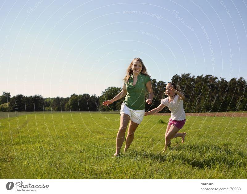 Endlich Sommer! Frau Mensch Kind Jugendliche Mädchen Freude Leben springen Spielen Bewegung Frühling Glück lachen Familie & Verwandtschaft Freundschaft