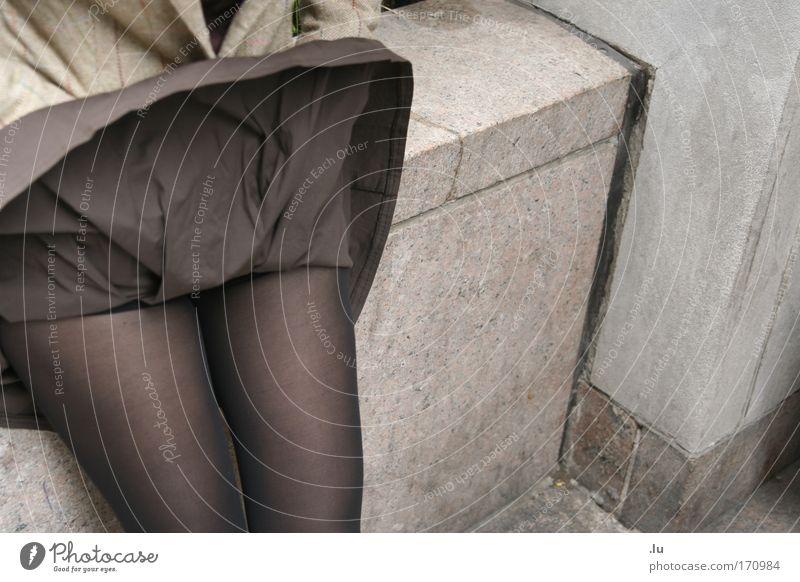 Rockstar Farbfoto Gedeckte Farben Außenaufnahme feminin Junge Frau Jugendliche Beine 1 Mensch 18-30 Jahre Erwachsene Wind Sturm Strumpfhose sitzen