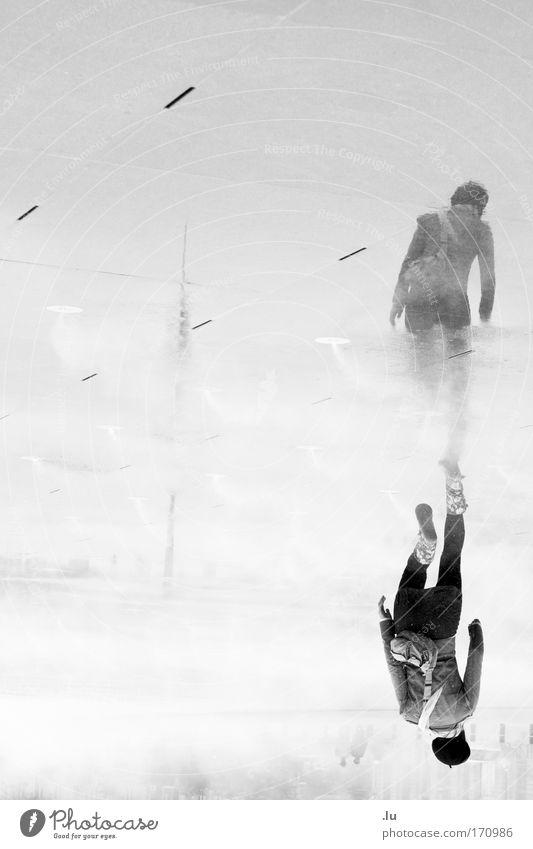 So geht's. Mensch Wasser Freude feminin Bewegung Rücken Freizeit & Hobby elegant laufen Beton rennen Brunnen Mütze Frankreich Tasche Textfreiraum links