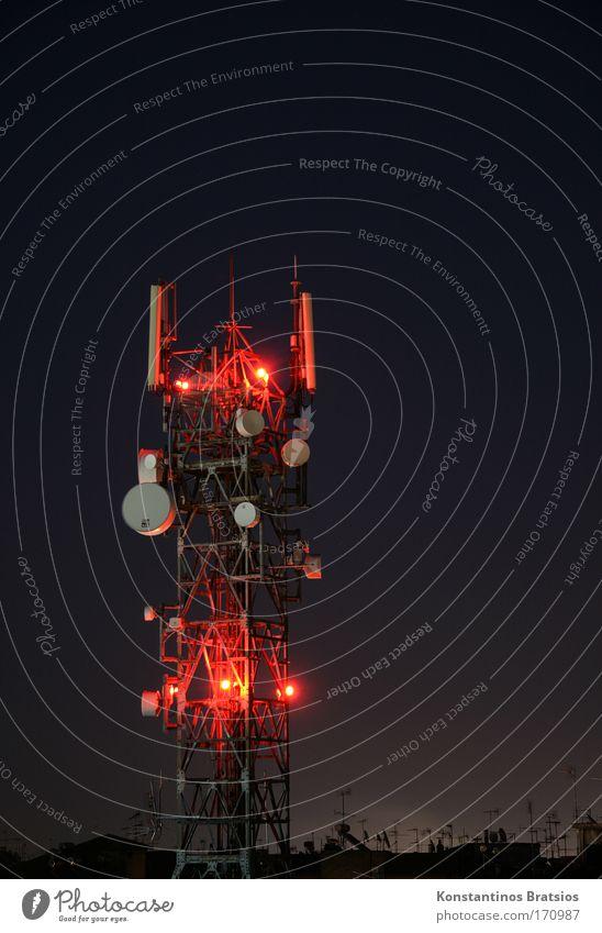 RADIO REDLIGHT Farbfoto Außenaufnahme Menschenleer Textfreiraum rechts Textfreiraum oben Hintergrund neutral Nacht Lichterscheinung Langzeitbelichtung