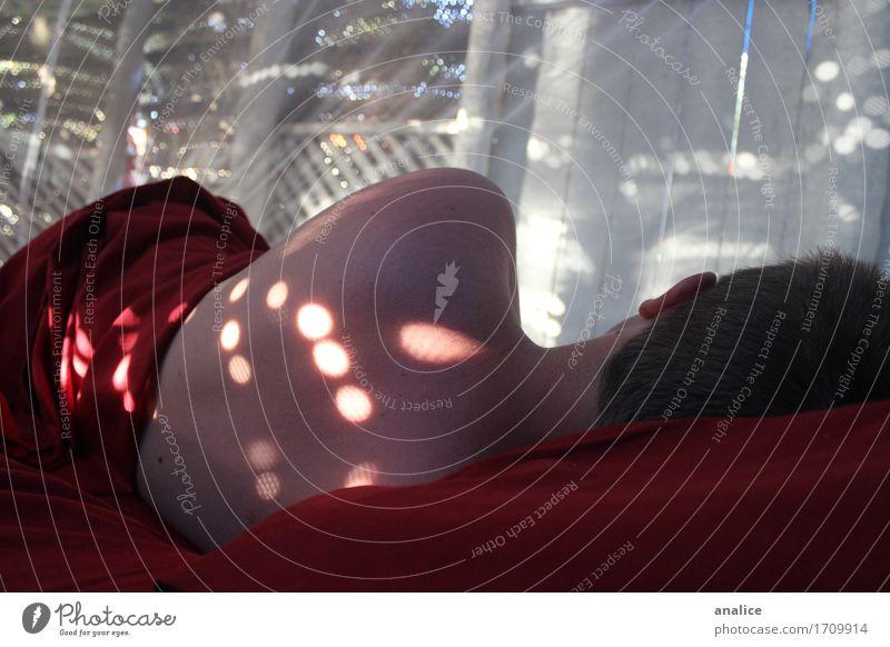 Punkte des Lichts Mensch Erholung rot ruhig liegen Rücken Haut schlafen Frieden Gelassenheit Decke Beet Bettlaken Kopfkissen