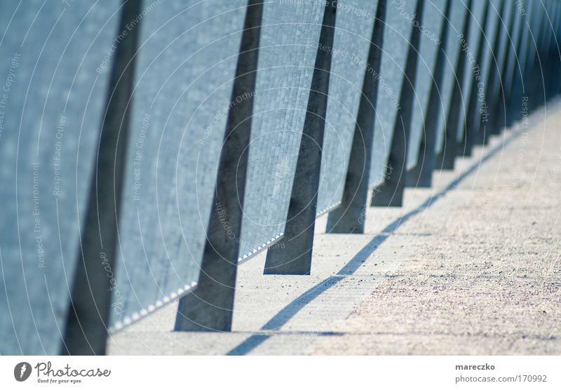 Am Fluss Farbfoto Außenaufnahme Tag Sonnenlicht High-Tech Flussufer Hafen Brücke Sand Metall eckig fest kalt modern neu viele Fernweh Kreativität Kunst Schutz