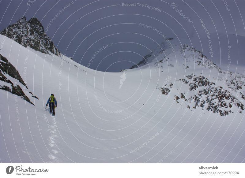 gewitter Farbfoto Außenaufnahme Freizeit & Hobby Expedition Schnee Berge u. Gebirge Sport Klettern Bergsteigen wandern 1 Mensch Umwelt Natur Landschaft Wolken
