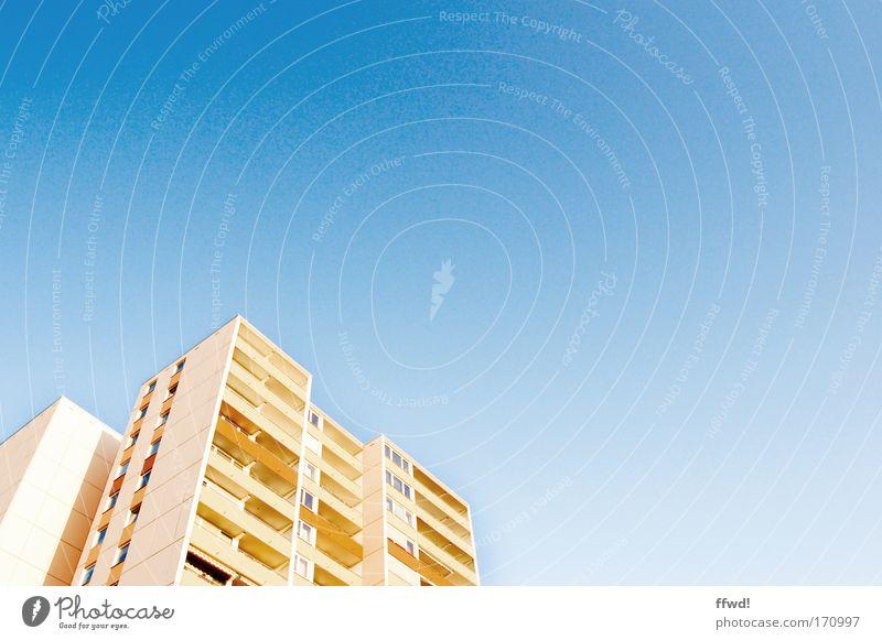 Wohngemeinschaft Farbfoto Außenaufnahme Textfreiraum rechts Tag Froschperspektive Wohnung Wolkenloser Himmel Stadt Hochhaus Bauwerk Gebäude Architektur