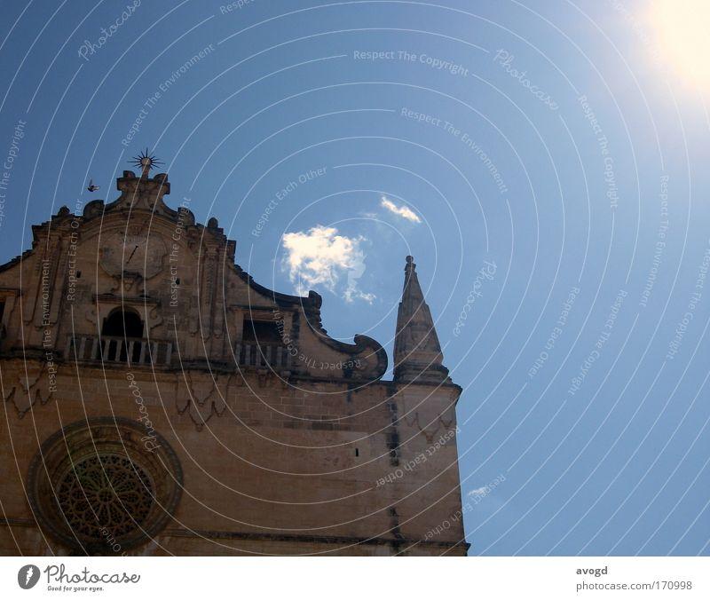 KVWS Himmel Sonne blau Sommer Wolken Stein Gebäude hell Vogel Fassade Kirche Zeichen Kreuz Sightseeing Sehenswürdigkeit Sommerurlaub