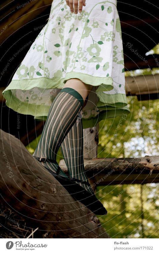 Balance Mensch Natur Jugendliche grün schön Sommer Erwachsene feminin Wärme Frühling Glück Beine lustig hell Tanzen warten