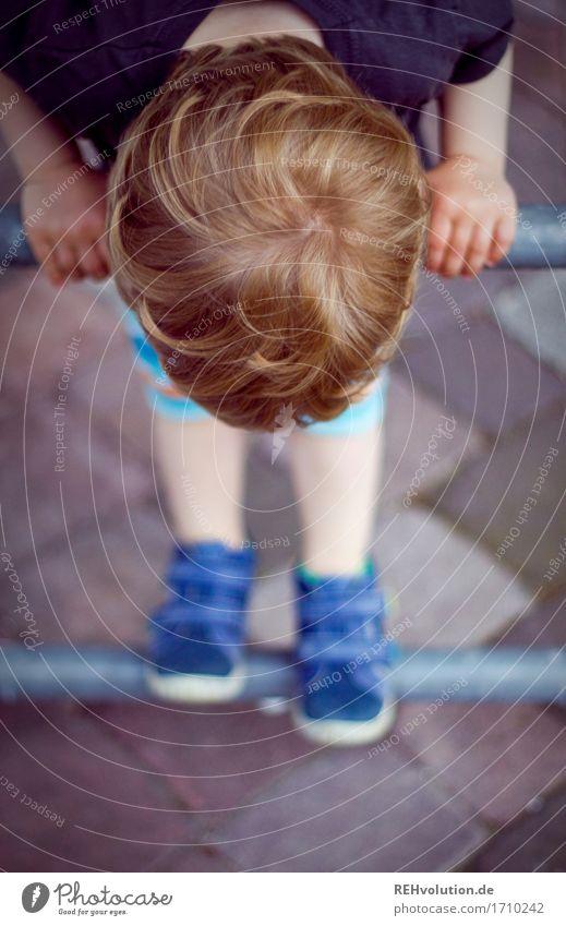 kletterkunst Mensch Kind Junge Spielen klein Haare & Frisuren Stein Kopf Fuß maskulin Zufriedenheit Kindheit niedlich Neugier festhalten entdecken