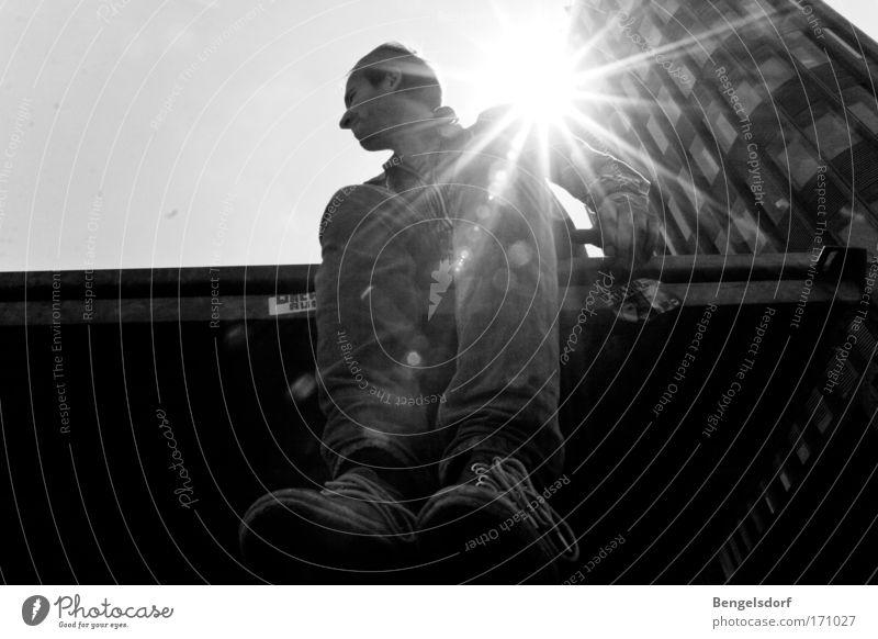 Triff mich in der Sonne Mensch Stadt Fassade maskulin Hochhaus warten Schwarzweißfoto