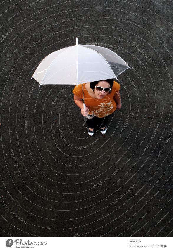 wann wirds mal wieder richtig Sommer ?! Frau Mensch Jugendliche weiß gelb Straße feminin Gefühle Stil Regen Stimmung warten Erwachsene Wetter Beton