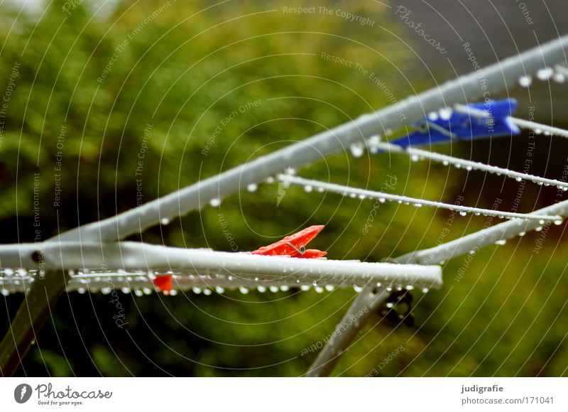 Trockner, nass Farbfoto Außenaufnahme Tag Wasser Wassertropfen Klima Wetter Regen Tropfen Wäscheklammern Klammer Wäschetrockner Wäscheständer