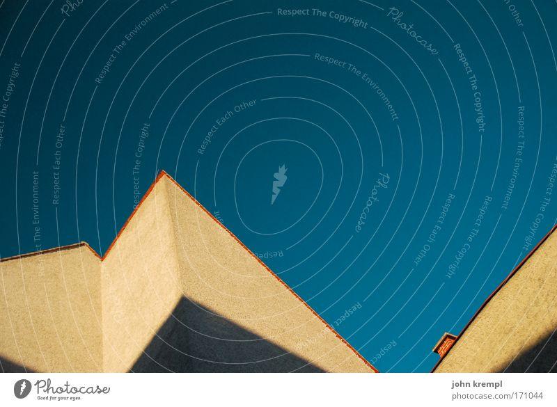 /^V Farbfoto Außenaufnahme Textfreiraum oben Textfreiraum Mitte Dämmerung Blick nach oben Stadt Haus Bauwerk Gebäude Architektur Mauer Wand Fassade Dach