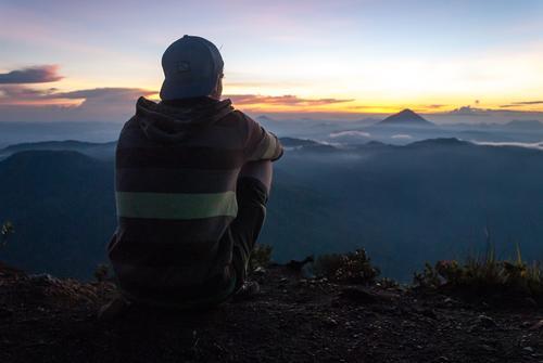 a place to think Mann Erwachsene 1 Mensch Natur Himmel Wolken Nebel Berge u. Gebirge Vulkan genießen Traurigkeit wandern warten Ferne Unendlichkeit Stimmung