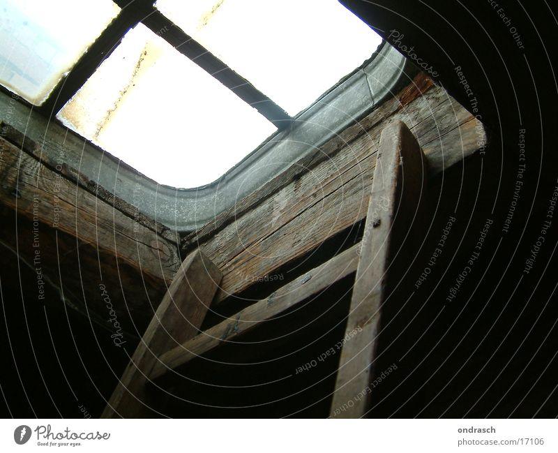 Ausstieg alt Fenster oben Holz Glas Treppe Dach Leiter Dachboden Luke