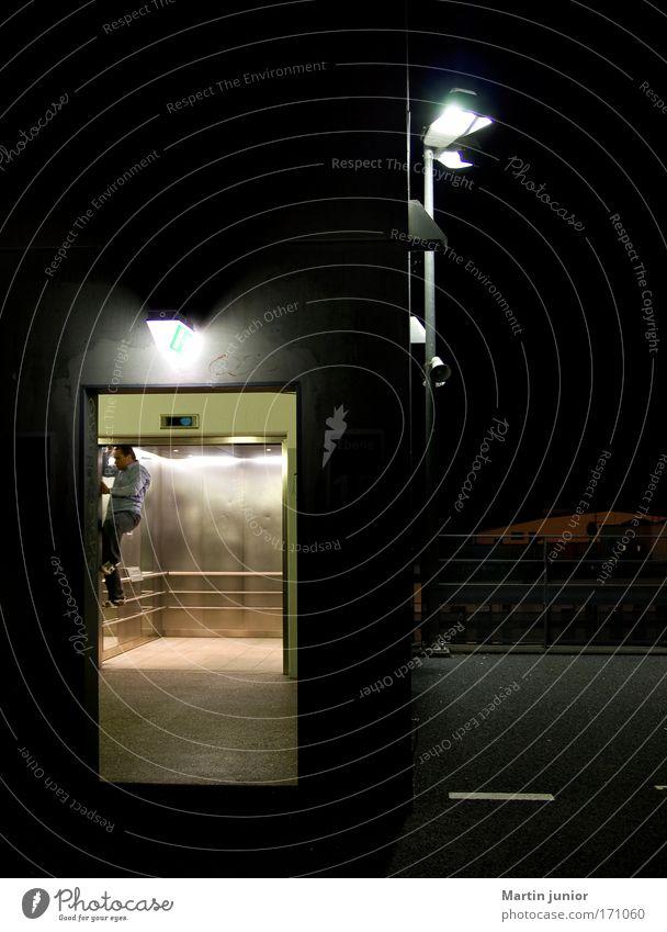 Fahrstuhl-Climbing Farbfoto mehrfarbig Außenaufnahme Makroaufnahme Textfreiraum oben Nacht Licht Zentralperspektive Ganzkörperaufnahme Blick nach vorn Klettern