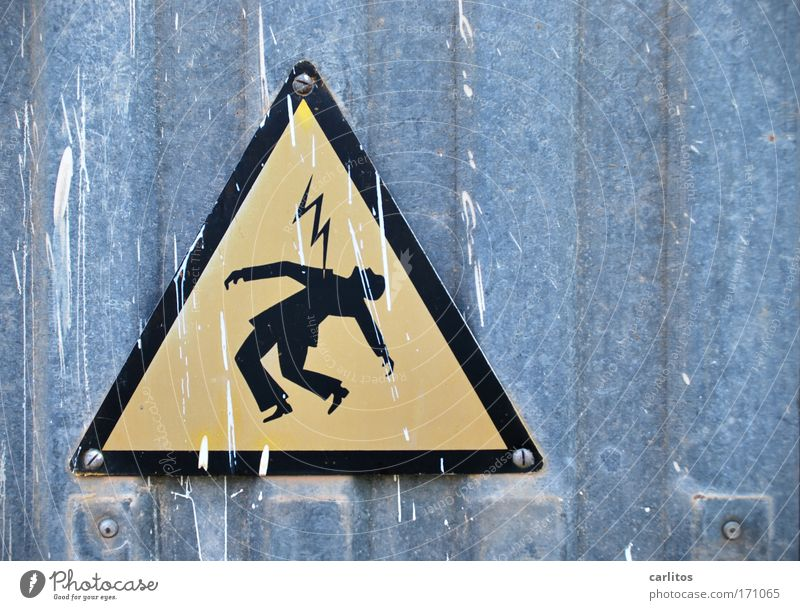 Mich trifft der Schlag Ganzkörperaufnahme Halbprofil Blick nach oben Arbeitsplatz Energiewirtschaft Blitze Metall Zeichen Hinweisschild Warnschild fallen
