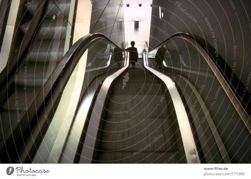 runter Rolltreppe abwärts Abstieg Krise Wirtschaftskrise unpersönlich kalt unpersöhnlich Stahl Linie Weitwinkel Einsamkeit Frau Treppe fahrstul automatisch faul