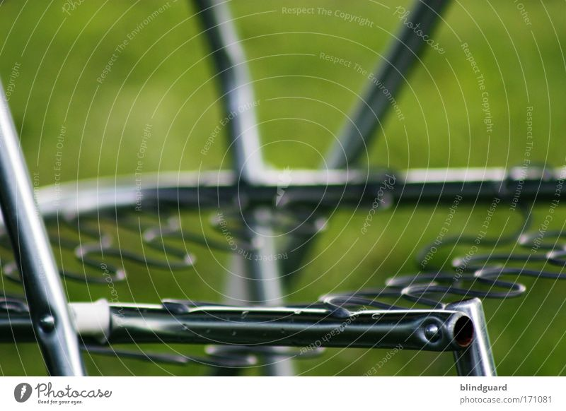 Billigurlaub Farbfoto Außenaufnahme Menschenleer Tag Kontrast Schwache Tiefenschärfe Totale Ausflug Garten Stuhl Metall alt fest hässlich kaputt retro trist