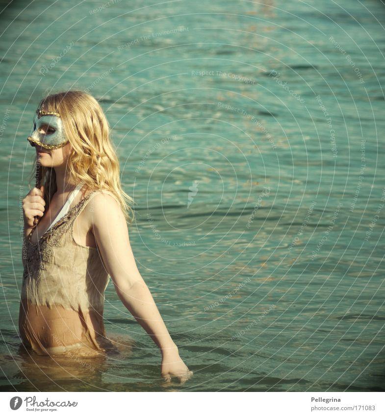 masken statt ballons... Farbfoto Außenaufnahme Tag Oberkörper Wegsehen Mensch feminin Junge Frau Jugendliche 1 18-30 Jahre Erwachsene Wasser nass schön