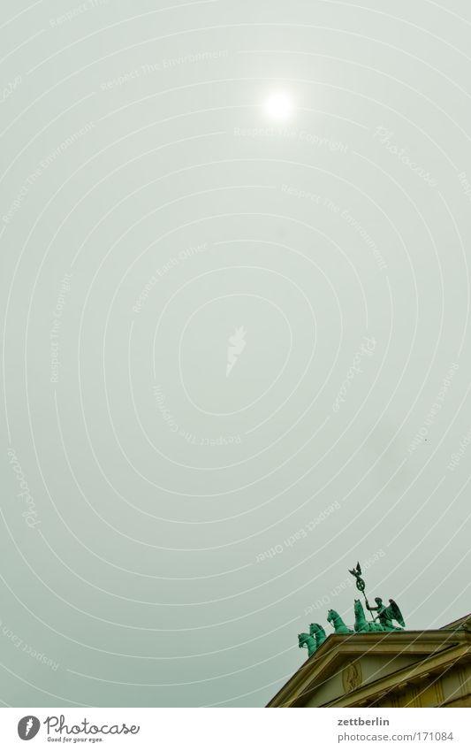 Brandenburger Tor (oberer Teil) Sonne Wolken Berlin Regen Deutschland Nebel Pferd Textfreiraum Hauptstadt Dunst Hochformat Nieselregen Niederschlag Quadriga