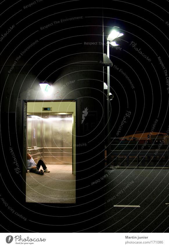 Ich liebe Fahrstuhlmusik Farbfoto mehrfarbig Außenaufnahme Nahaufnahme Textfreiraum oben Nacht Licht Oberkörper Blick nach vorn Mensch maskulin Mann Erwachsene