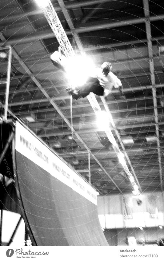 jump Skateboarding Halfpipe springen Kultur fahren Helm Fototechnik Jugendliche Sport Rolle hoch Bewegung Erfolg Air Trick Jump