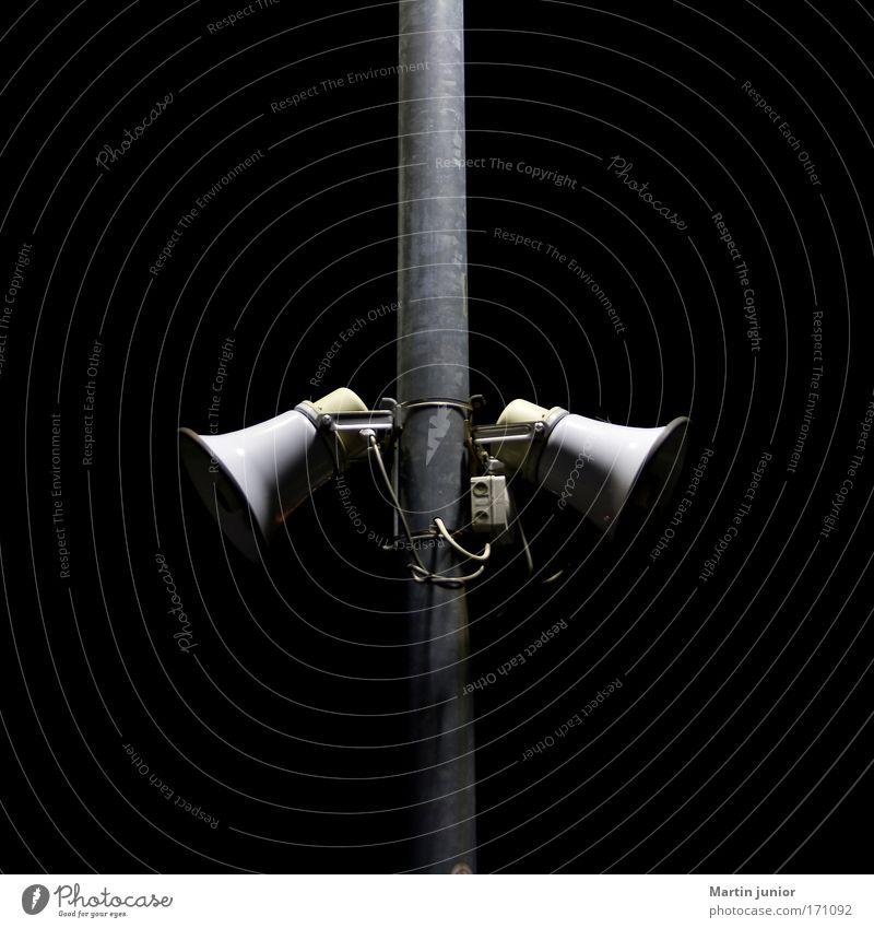 Laut Sprecher schwarz grau Metall paarweise Technik & Technologie Lautsprecher Objektfotografie Megaphon Sirene Sprachrohr Licht & Schatten doppelt gemoppelt Vor dunklem Hintergrund Indirektes Licht