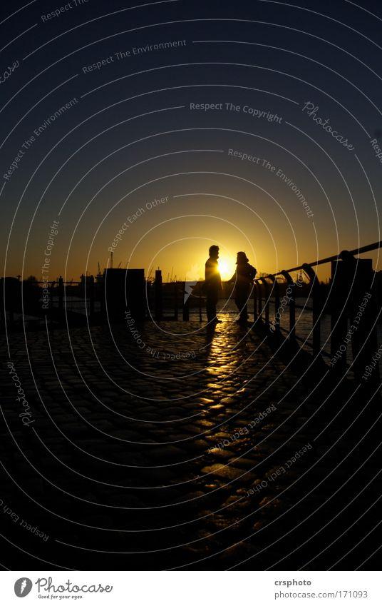 Ja oder Nein Farbfoto Außenaufnahme Textfreiraum oben Textfreiraum unten Abend Dämmerung Schatten Kontrast Silhouette Sonnenlicht Ganzkörperaufnahme elegant