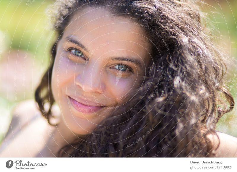 Wohlfühlmoment Mensch Jugendliche Sommer schön Erholung ruhig 18-30 Jahre Gesicht Erwachsene Auge Frühling Herbst feminin Glück Haare & Frisuren Kopf