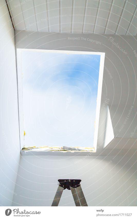 Fassade mit ausgebautem Dachfenster von innen Baustelle Leiter kaputt Dachfenster ausbauen Fenster neues Fenster isolierung Dachfenster austausch