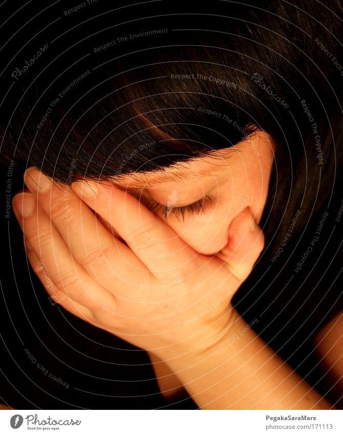 zerbrechlich Farbfoto Innenaufnahme Kunstlicht geschlossene Augen feminin Junge Frau Jugendliche Gesicht Hand 1 Mensch 18-30 Jahre Erwachsene schwarzhaarig
