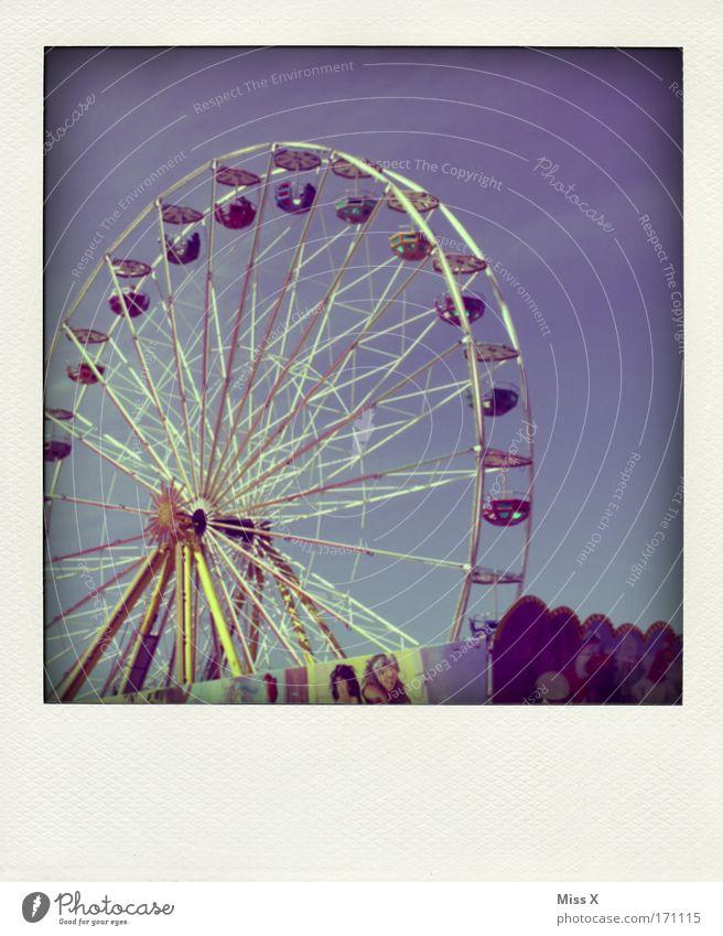 radfahren mehrfarbig Außenaufnahme Ausflug Veranstaltung Feste & Feiern Jahrmarkt Freude Freizeit & Hobby Riesenrad Marktstand Himmel polaroid - artig