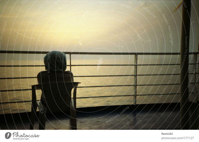 griechische gewässer Farbfoto Lomografie Holga Morgendämmerung Dämmerung Zentralperspektive Rückansicht Profil Halbprofil Blick nach vorn