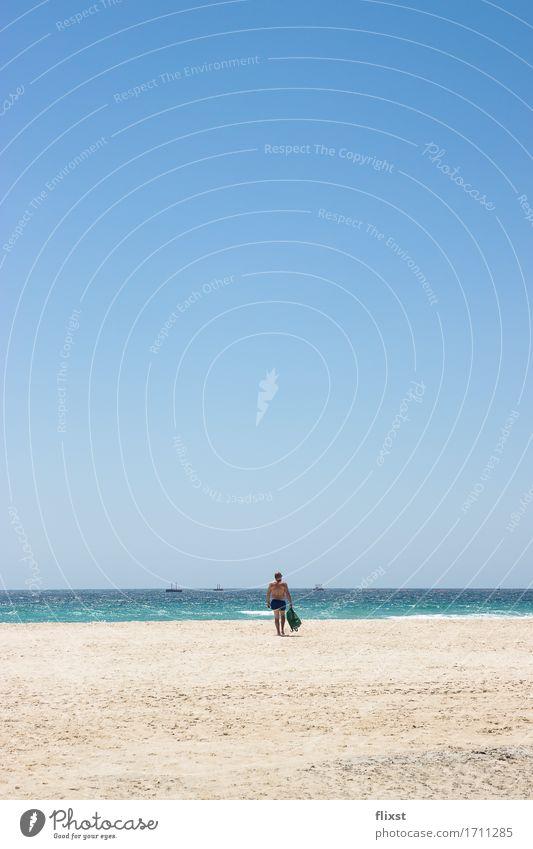 TARIFA | 1 maskulin Mann Erwachsene Mensch Natur Sand Wasser Wolkenloser Himmel Sommer Schönes Wetter Meer Erholung gehen Ferien & Urlaub & Reisen Zufriedenheit
