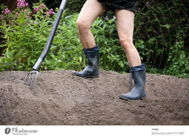 Giersch ausgraben || Erwachsene Leben Beine 1 Mensch Erde Sommer Schönes Wetter Garten Gummistiefel Grabgabel Gartengeräte stehen Tatkraft fleißig anstrengen