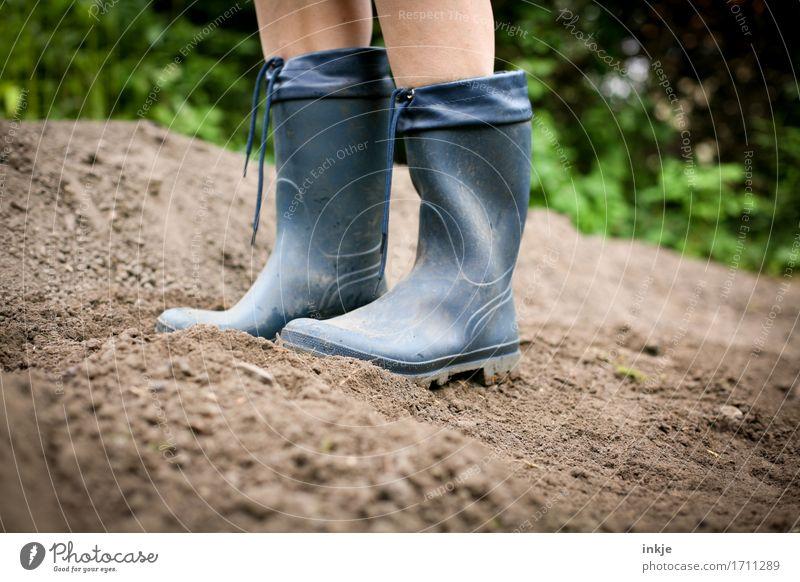Gummistiefel (Nr zu groß) Mensch blau Sommer Leben Lifestyle Stil Garten Fuß Feld Freizeit & Hobby Erde stehen Schönes Wetter Gartenarbeit
